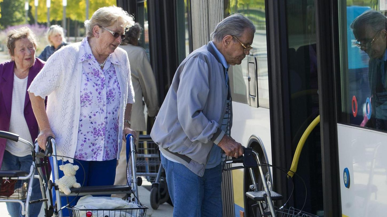 Auch ältere Menschen wollen mobil bleiben: Doch der Verkehrsverbund Großraum Nürnberg bietet keine Seniorenkarte an.