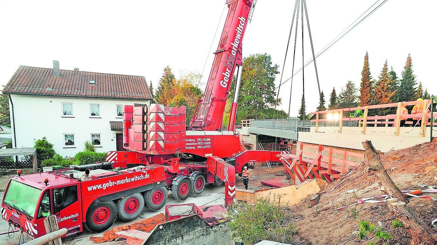 Maßarbeit: Der Kranführer bugsierte den 78 Tonnen schweren Stahltrog an die richtige Stelle über der Heroldsberger Schützenstraße.