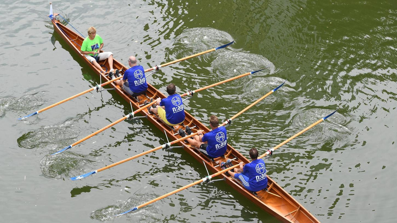 Vorne im Boot: Lore Baehr (ganz links) bei Rudern gegen Krebs.