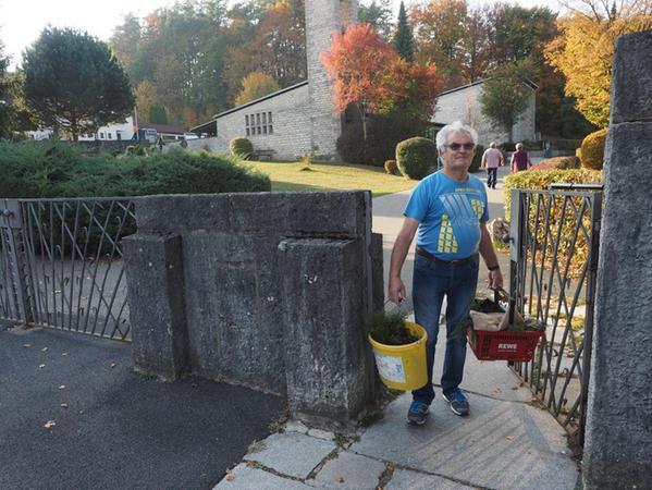 Karlheinz Rupprecht weiß sich zu helfen, wenn er Dinge vom Parkplatz zum Grab im Neuen Friedhof transportiert. Aber auch er hält die Anschaffung von Tragehilfen für schwere Last für durchaus angebracht.