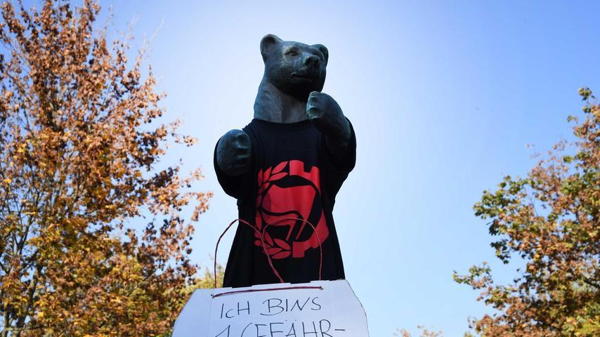 Der ich-kann-mich-nicht-Wehr-Bär wurde nun zu 1 Gefähr-Bär ernannt und passend gewandet: Er trägt ein Antifa-Shirt.