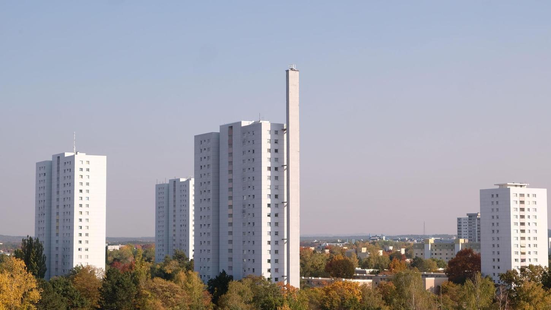 An fünf Hochhäusern in Neuselsbrunn muss die Fassadendämmung wegen Brandgefahr entfernt werden. Laut eines Gutachtens befinden sich dort brennbare Materialien.