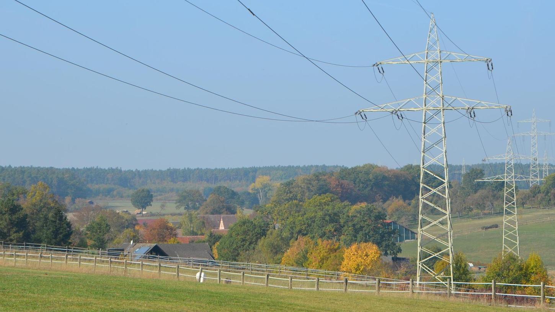 Neuralgischer Punkt: Zwischen Ober- und Unterbaimbach führt die Stromleitung nahe an den Dörfern vorbei. Auch die neue Höchstspannungsleitung soll eigentlich in diesem Korridor verlaufen. Die Masten würden sogar bis zu 70 Meter hoch. Die Stadträte wollen das so nicht hinnehmen.