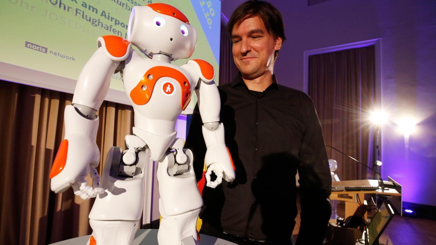 Sebastian Reitelshöfer von der FAU präsentierte beim Abend der Künstlichen Intelligenz den kleinen Roboter Nao.
