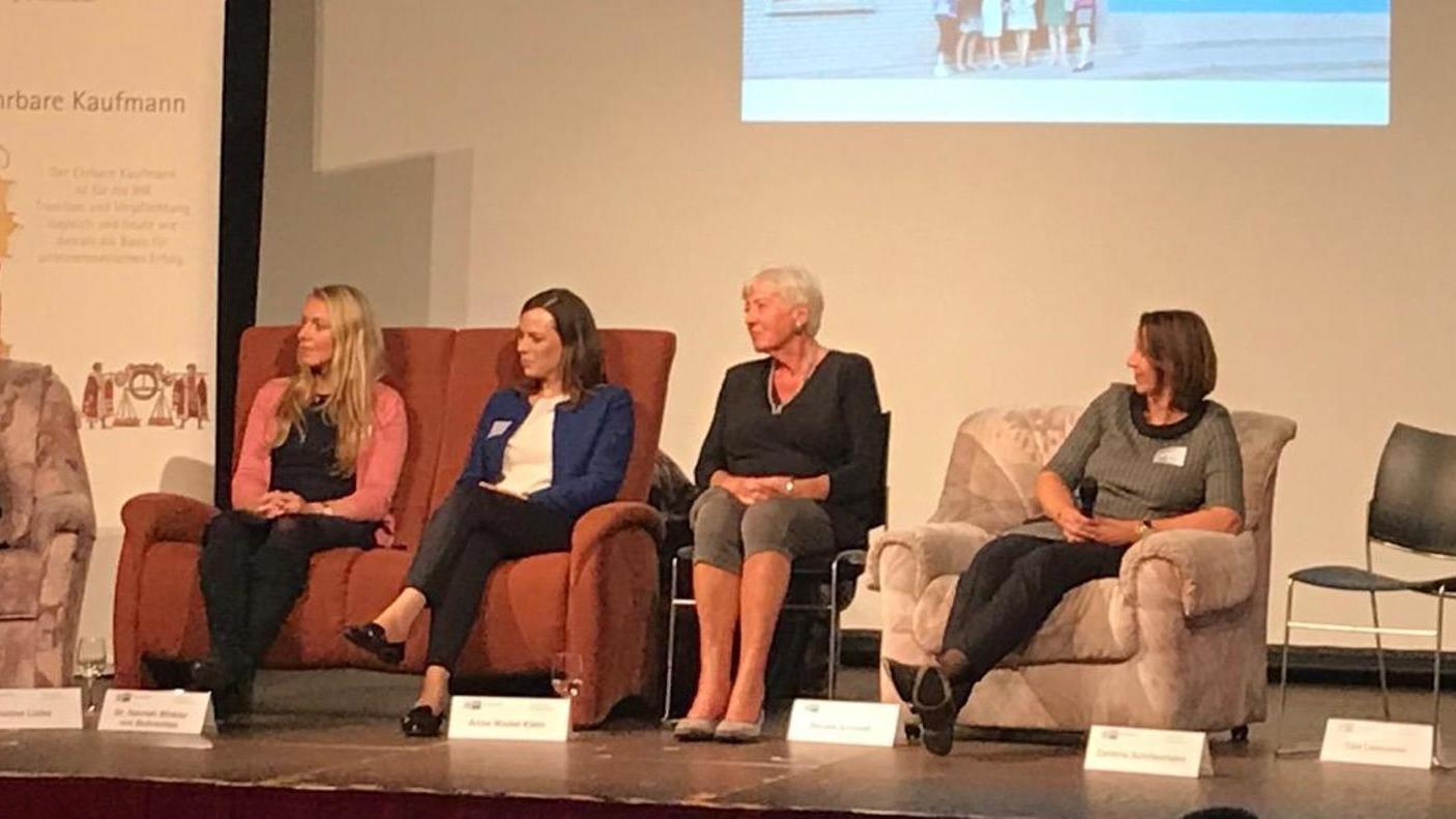 Powerfrauen auf dem Podium.  Dabei auch (v.l.) Hannah Winkler von Mohrenfels, Anne Wedel-Klein, Renate Schmidt, Corinna Schittenhelm.