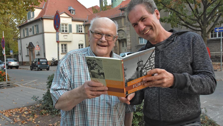 Der Erzähler und der Autor vor der Silhouette der alten Oberrealschule: Ex-Stadtheimatpfleger Alexander Mayer hat die Eindrücke von Wilhelm Peetz (links) in einem lesenswerten Buch verarbeitet.