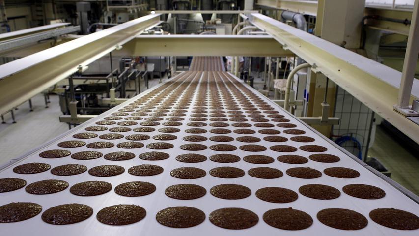 Auch wirtschaftlich gesehen läuft es für den Lebkuchen gut. Im Jahr 2020wurden in Deutschland rund 86.510 Tonnen Lebkuchen, Honigkuchen und Printen produziert.2019 waren es noch etwas weniger mit 86.360 Tonnen.