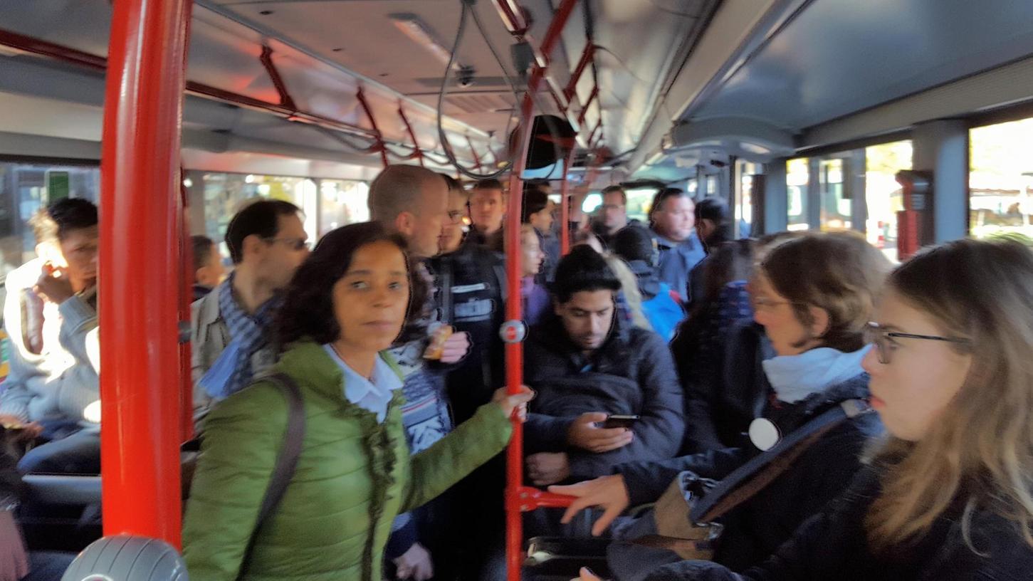 Am Hauptbahnhof in Fürth geht Richtung Erlangen nichts mehr. Der Schienenersatzbus bietet kaum genügend Platz für die vielen Pendler in die Hugenottenstadt.