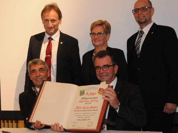 Die Kommunalvertreter aus Deining und Eggenburg erneuerten den Eintrag ins Goldene Buch.