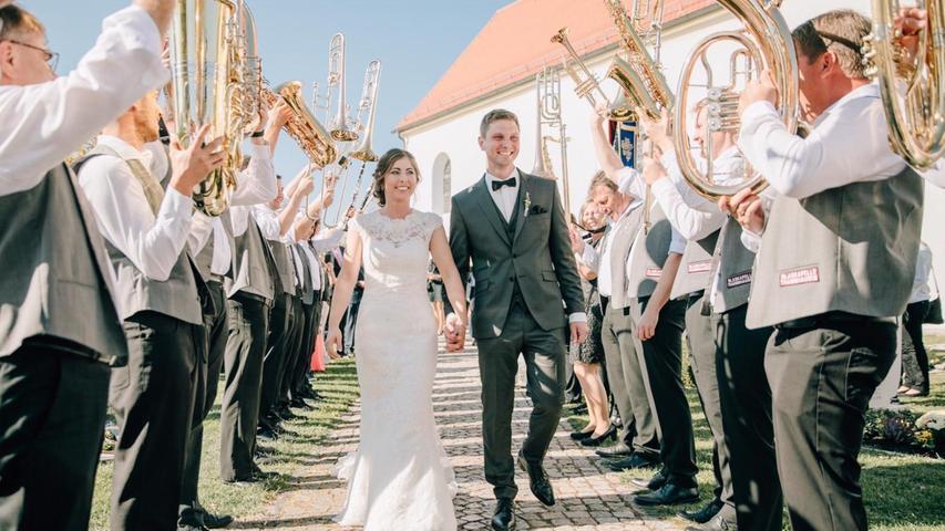 Unter großem Hallo wurden Daniela (geborene Schano) aus Thannhausen und Matthias Großmann aus Reichertshofen nach der Trauung in Thannhausen/ Freystadt empfangen. Zu Ehren der Frischvermählten hatten sich die Fußballer der Spielvereinigung Reichertshofen, die Tanzgruppe