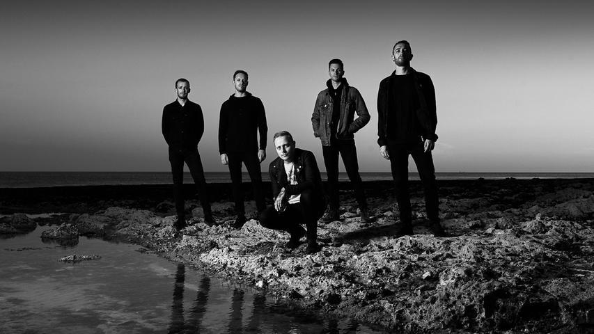 Architects gründete sich im Jahr 2004 unter dem Namen Inharmonic. Ihren Namen änderten sie daraufhin in Counting the Days. Schlussendlich sind sie bei Architects angekommen und machen nun Metalcore und Progressive Metal.