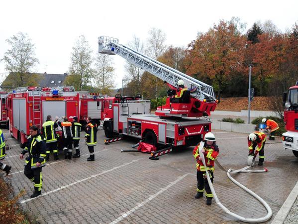 Die letzten Aufräumarbeiten nach dem 24-Stunden-Großeinsatz am Ganzjahresbad Cabriosol. Zirka 400 Einsatzkräfte von Feuerwehr über THW bis Rettungsdienst waren seit Montagnachmittag vor Ort.