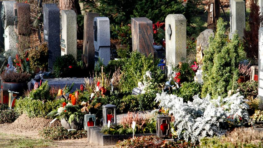 Mitten im Herbst - um genau zu sein am 1. November - gedenken die Katholiken in aller Welt ihrer Verstorbenen. Dazu werden die Gräber meist mit Lichtern geschmückt. Auf dem Nürnberger Westfriedhof an der Schnieglinger Straße liefern die neue Trauerhalle und der umgestaltete Platz davor einen würdevollen Rahmen für die Trauer.