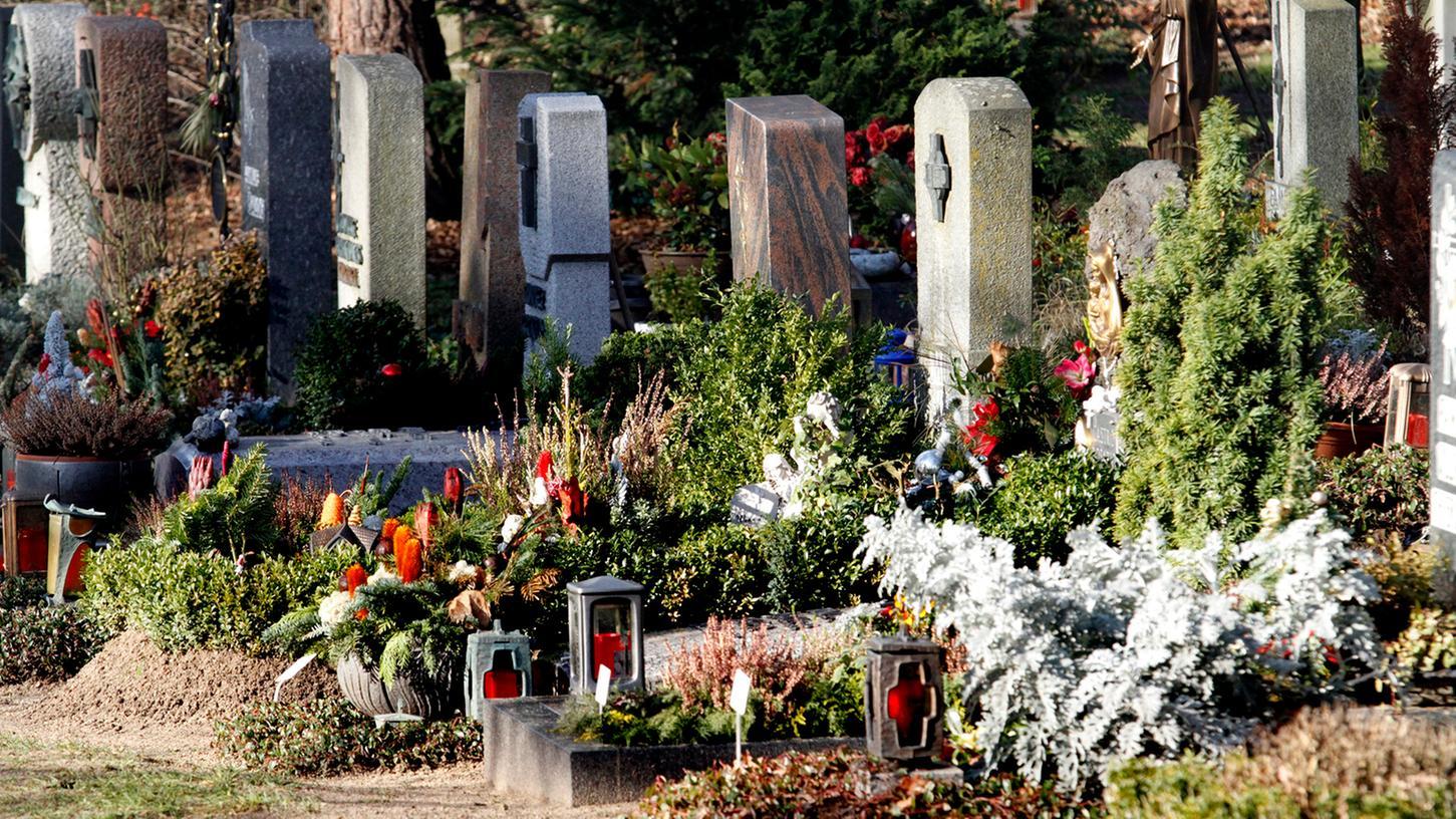 Die Polizei machte einen Dieb dingfest, der Grabschmuck vom Fürther Friedhof abtransportieren wollte. Unser Foto ist ein Symbolbild.