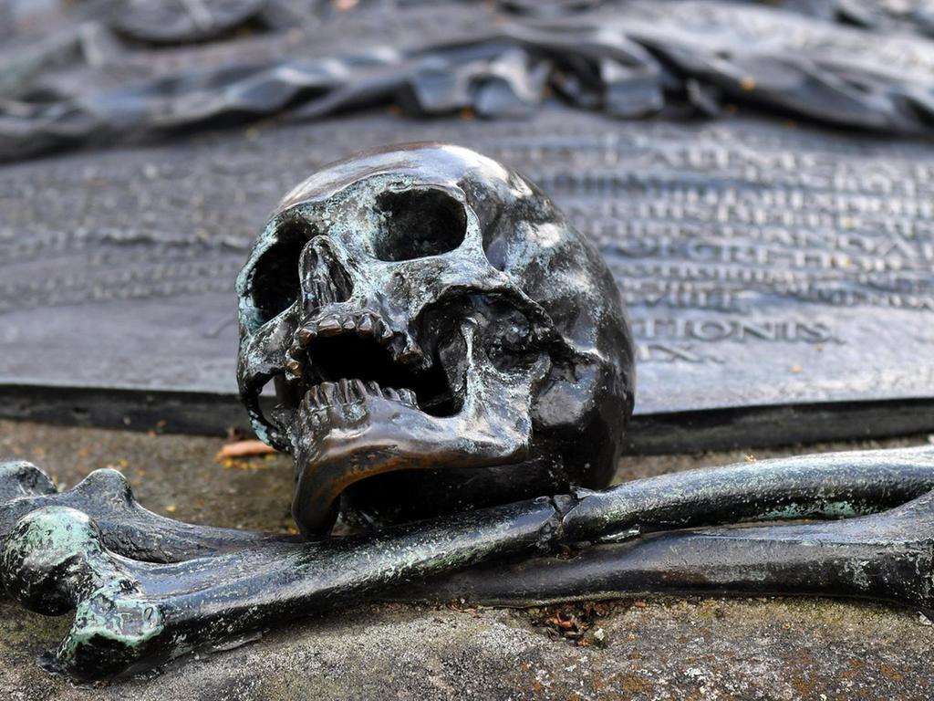 Epitaphien erinnern an den Tod, aber auch ans Leben: So erfährt man an Gräbern, dass dort Harnischmacher oder Brauer beigesetzt wurden.