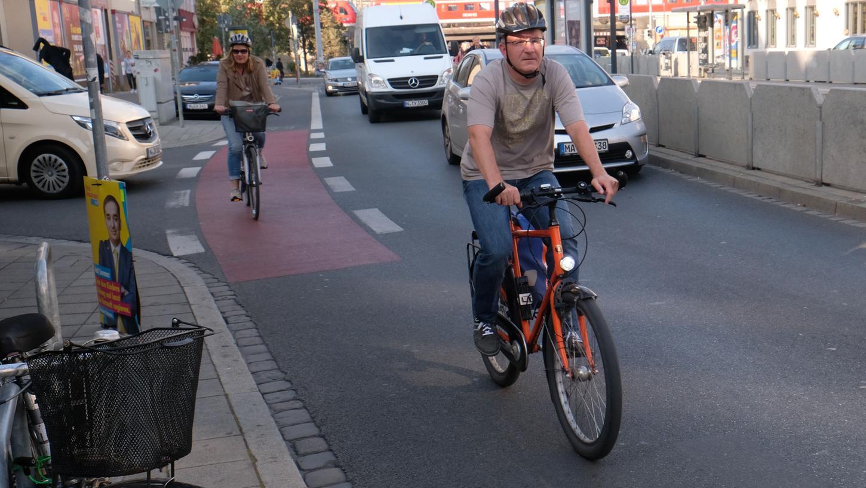 Auf der Pillenreuther Straße endet der Radweg abrupt — der ADFC-Vorsitzende Jens Ott und NN-Redakteurin Silke Roennefahrt müssen auf die Straße ausweichen.