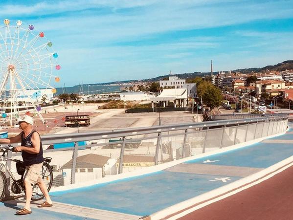 Auf seiner langen Tour durch Italien musste Wolfgang Moog mit seinem Liegedreirad teils auf katastrophale Pisten fahren. Und dann stieß er wieder ganz unverhofft auf richtig komfortable Abschnitte wie diese Schrägseilbrücke für Radler und Fußgänger in Pescara.
