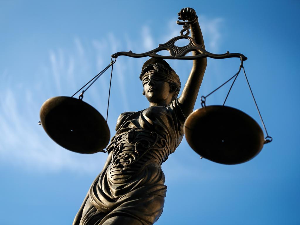ARCHIV - 09.09.2014, Bayern, Bamberg: Eine Statue der Justitia hält eine Waage in ihrer Hand. (zu dpa «Musterprozesse gegen Firmen: Verbraucher bekommen neue Klagerechte» vom 14.06.2018) Foto: David-Wolfgang Ebener/dpa +++ dpa-Bildfunk +++