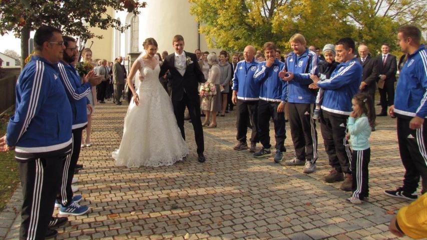 Den Segen der Kirche erbaten Christoph Zoch aus Burggriesbach und seine Frau Michaela Zoch aus Weidenwang, geborene Regensburger, in der Burggriesbacher Pfarrkirche