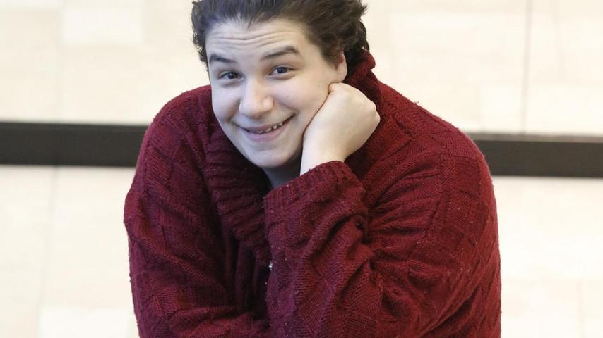 Cem Lukas Yeginer ist erst 25 Jahre alt, doch auf der Bühne und am Film-Set hat er bereits etliche Erfahrungen gesammelt. Als Sohn eines Schauspielers kam er als Kind mit dem Bühnenleben in Berührung. Entsprechend früh wusste er, was er wollte: Schauspieler werden! Das Nürnberger Publikum kann ihn seit Kurzem live erleben. Denn am Staatstheater hat er nun sein erstes festes Engagement.