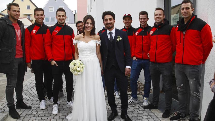 Der Trainer des Fußball-Bezirksligisten FC Holzheim hat sich getraut: Vahan Yelegen hat Bianca Schneider im Neumarkter Bürgerhaus standesamtlich geheiratet. Die 26-jährige Industriekauffrau und der 36-jährige Betonbauer sind beide aus Neumarkt und kennen sich seit über einem Jahr.