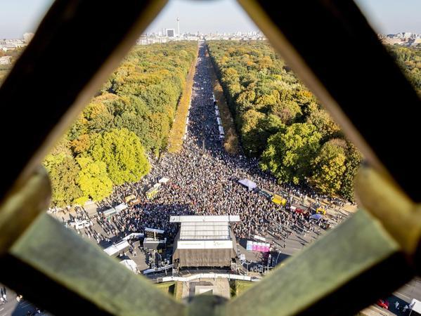 Blick von der Berliner Siegessäule auf die große #unteilbar-Demonstration gegen Rassismus und Rechtsruck in Berlin. Am 13. Oktober gingen dort über 200.000 Menschen für Demokratie auf die Straße.