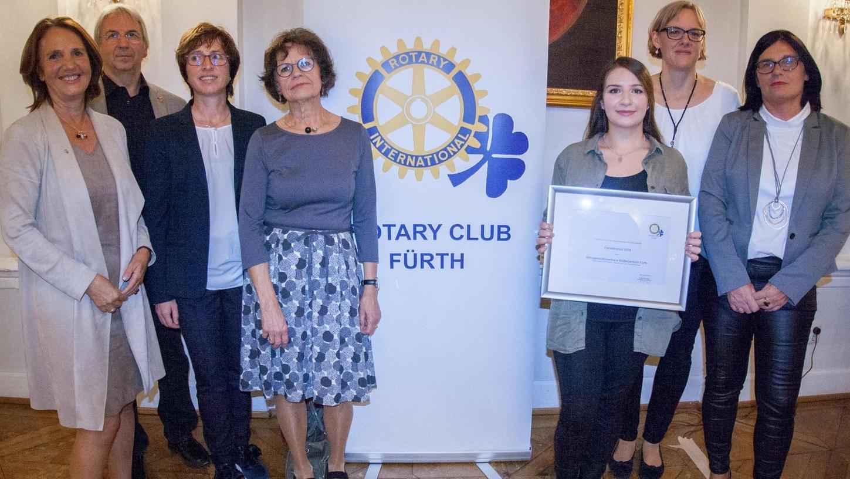 Rotary-Präsidentin Monika Rödl-Kastl (von links) mit Laudator Peter Hauser, Birgit Schediwy, Rita Wolf, Rauan Al-Saifi, Anette Weingarten und Kerstin Wenzl.