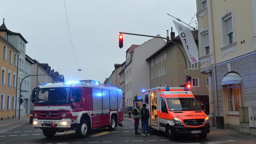 Weil Bewohner Gasgeruch in ihrem Wohnblock an der Hartmannstraße festgestellt hatten, alarmierten sie die Feuerwehr. Mit einem Großaufgebot rückte die gemeinsam mit dem Rettungsdienst an, konnte aber nur angebranntes Essen feststellen..Foto: Klaus-Dieter Schreiter