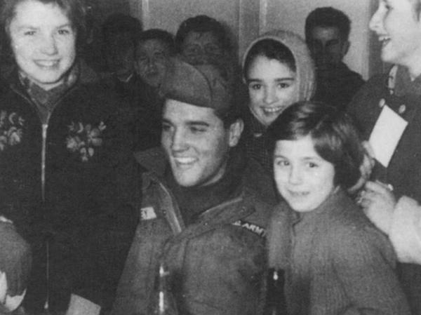 """Elvis fühlt sich sichtlich wohl im """"Goldenen Lamm"""" in Hirschau, wo er zusammen mit seinen Kameraden auf einen verspäteten Manöverkonvoi wartet und von zahlreichen Kindern und jugendlichen Fans umringt wird."""