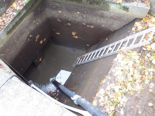 Die leistungsstrake THW-Pumpe saugte den Düker in kürzester Zeit leer.