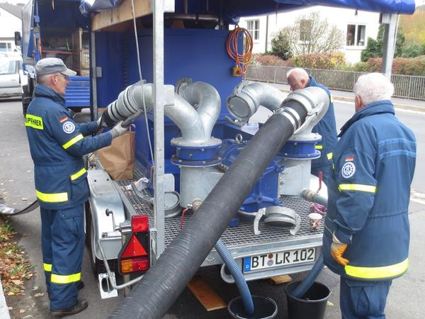 Das Pegnitzer THW rückte mit seiner Hochleistungspumpe an, die in der Minute 5000 Liter fördert.