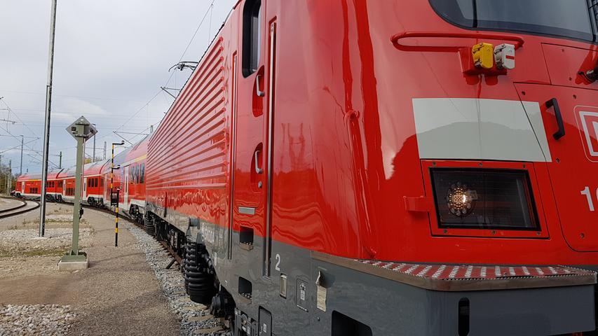 Das Außendesign der neuen Skoda-Züge ist elegant. Sie müssen aber auch hohen technischen Anforderungen genügen. Beim Begegnungsverkehr mit den ICE auf der Schnellstrecke Nürnberg - Ingolstadt wirken starke Kräfte, Türen und Fenster der Waggons müssen deshalb druckdicht sein.