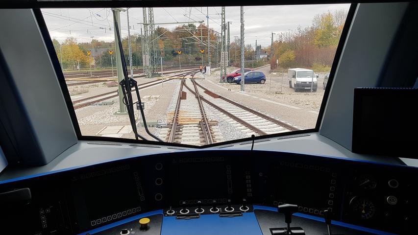 Blick vom Steuerwagen nach draußen. Auf einem Gelände bei München präsentierte die Bahn den neuen Skoda-Zug für den München-Nürnberg-Express.