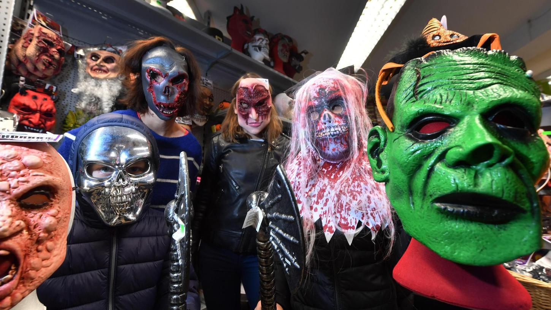 """""""Horrormasken und Vampirzähne gehen am besten"""", verrät Julian Dassler vom Spielwarengeschäft Ellwanger in der Herzogenauracher Innenstadt."""