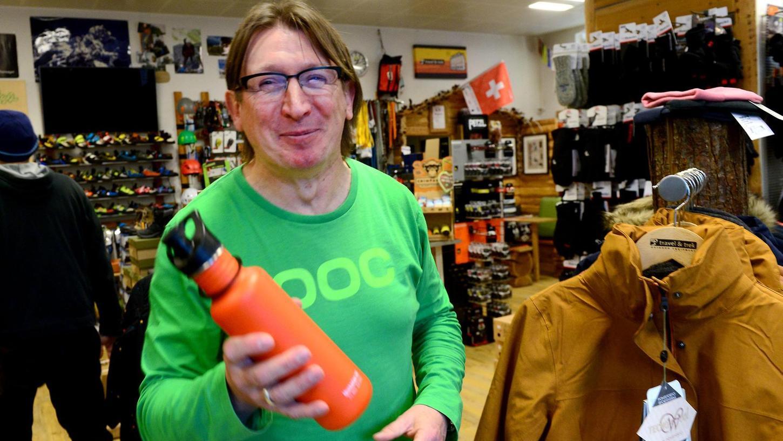 Durstig? Trinkflaschen füllt zum Beispiel Udo Biller im Outdoor-Laden travel & trek gerne und gratis auf.