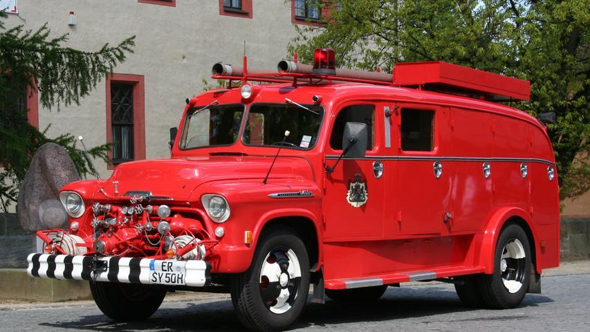 Der Oldtimer der Feuerwehr Erlangen-Bruck ist international: Das Fahrzeug wurde vom US-amerikanischen Hersteller Chevrolet hergestellt und 1956 ursprünglich nach Schweden ausgeliefert. Seit den 1990er-Jahren ist die Rarität ab und zu auf Oldtimertreffen in Franken zu sehen.