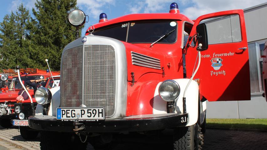 Noch mit einem PEG-Nummernschild ausgestattet ist das erste Tanklöschfahrzeug des Altlandkreises Pegnitz aus dem Baujahr 1959. Der Oldtimer der Marke Mercedes-Benz wird bis heute erhalten und immer mal wieder auf Oldtimertreffen ausgestellt.