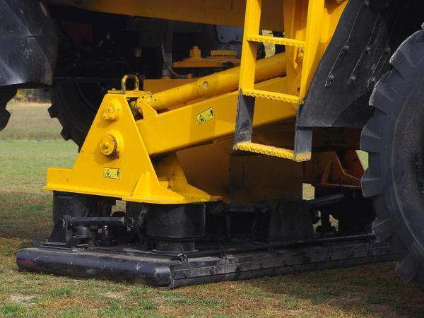 An den Fahrzeugen befinden sich Platten, die Schwingungen in den Untergrund senden.