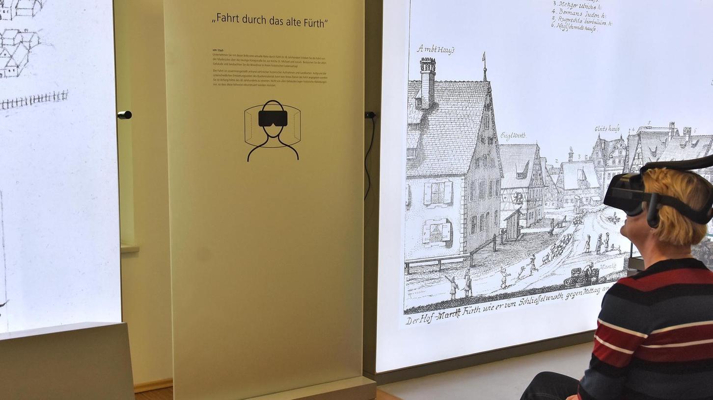 Die stellvertretende Museumsleiterin Ruth Kollinger testet schon einmal die VR-Brille, mit der Besucher ab nächsten Mittwoch durch die Kleeblattstadt des 18. Jahrhunderts reisen können.