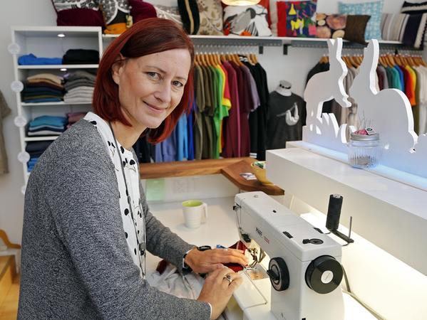 """Die 49-jährige Grafikdesignerin Inge Klier betreibt seit elf Jahren in Gostenhof ihren Textil-Laden """"bambiboom"""". In dem Stadtteil lebt die Oberpfälzerin mit ihrer Familie schon seit einem Vierteljahrhundert. Und fühlt sich hier sehr wohl. In Gostenhof findet sie die Inspiration für ihre Arbeit."""
