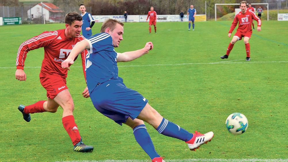 Stark unter Druck: Der FC/DJK Weißenburg war im Spiel gegen die SG Ramsberg/St. Veit klar überlegen und gewann die Kreisliga-Partie verdient mit 3:1 Toren.