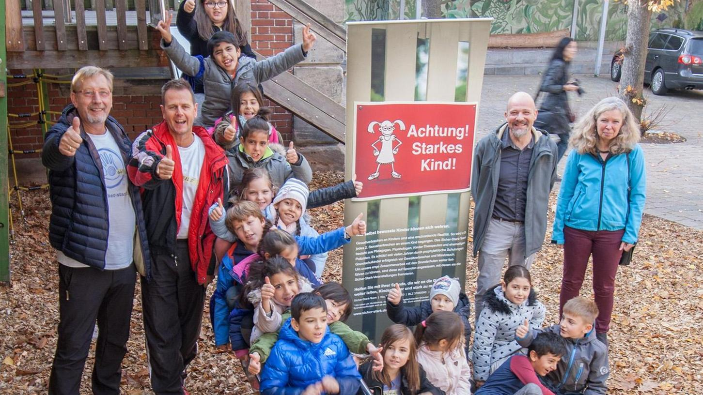 Gewaltprävention mit Kindern: Die Sicher-Stark-Trainer (von links) Wolfgang Overkamp und Ralf Schmitz und die Schulleiter (von rechts) Rita Vollmar und Christian Boeder.