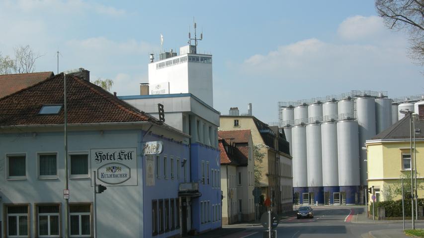 Knapp 1,2 Millionen Hektoliter verkauftes Bier im ersten Halbjahr 2018: Mit dieser Zahl steht Kulmbacher weit oben auf der Liste der großen Brauereien im Freistaat. Hinter dem Branchenriesen liegt ein ähnlich kompliziertes Konstrukt wie bei Tucher: Größter Anteilseigner der Aktiengesellschaft ist die Münchner Paulaner Gruppe. Hinter Paulaner wiederum stehen die Münchner Schörghuber Unternehmensgruppe und der niederländische Braukonzern Heineken. Zu Kulmbacher zählen unter anderem auch die Marken Mönchshof, Würzburger Hofbräu, Sternquell und Eku. Jüngst hat sich Kulmbacher zudem die Markenrechte an der Erlanger Brauerei Kitzmann gesichert. Die hatte Ende September völlig überraschend den Betrieb eingestellt.