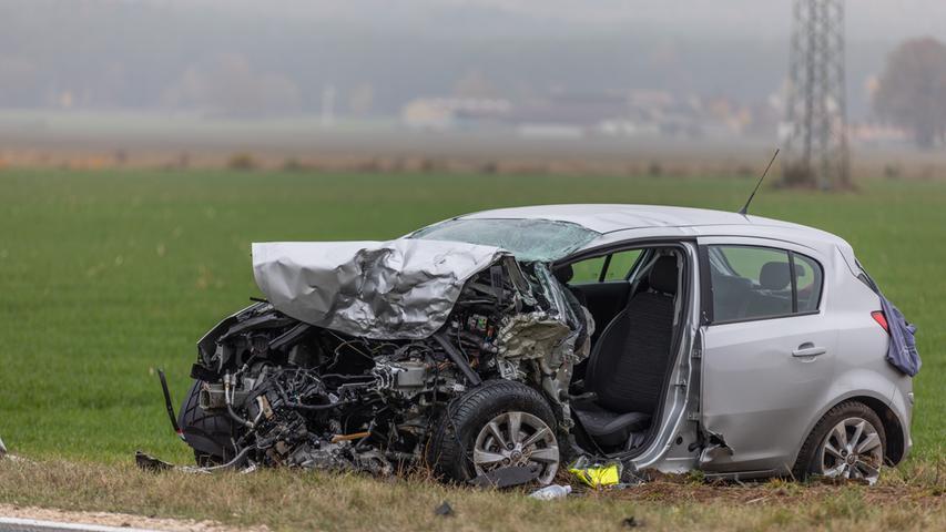 Am Freitagnachmittag (09.11.2018) ereignete sich auf der Kreisstraße 55 Höhe Ornbau (Lkr. Ansbach) ein schwerer Verkehrsunfall. Ein 75-jähriger Autoahrer wurde dabei getötet. Gegen 14:15 Uhr fuhr ein 29-jähriger BMW-Fahrer mit seinem Fahrzeug auf der Kreisstraße 55 von Mörsach kommend in Fahrtrichtung Gern. Nach bisherigen Erkenntnissen kam es während eines Überholvorganges zum Frontalzusammenstoß mit einem entgegenkommenden Opel, der von einem 75-jährigen Mann gelenkt wurde. Anschließend touchierte der BMW noch den Anhänger eines Lkw. Beide Wagenlenker mussten durch die alarmierte Feuerwehr aus ihren Fahrzeugen befreit werden. Der 75-jährige Opel-Fahrer erlitt so schwere Verletzungen, dass er noch an der Unfallstelle verstarb. Der 29-Jährige kam mit lebensgefährlichen Verletzungen in ein Krankenhaus. Der 25-jährige Fahrer des Lkw blieb unverletzt. Zur Klärung des Unfallgeschehens wurde auf Anordnung der Staatsanwaltschaft ein Sachverständiger hinzugezogen. Die Unfallstelle war bis zum Ende der Unfallaufnahme durch die Polizeiinspektion Ansbach und den anschließenden Räumungsarbeiten komplett gesperrt. Eingesetzt waren zahlreiche Einsatzkräfte des Rettungsdienstes sowie der Freiwilligen Feuerwehren der umliegenden Gemeinden. Foto: NEWS5 / Goppelt Weitere Informationen... https://www.news5.de/news/news/read/14393