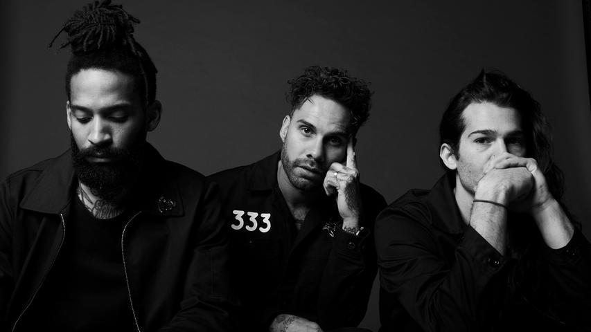 The Fever 333 verbindet der eingefleischte Festivalgänger wohl nicht sofort mit RIP. Die drei Jungs bilden eine US-amerikanische Rapcore-Band, die sich vor etwa anderthalb Jahren gegründet hat. In ihrem Heimatland sind sie vor allem wegen ihrer mitreißenden Liveshows bekannt.
