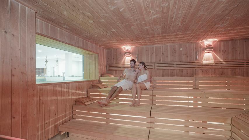Spaß - Sport - Sauna ist das Motto für das modernste Hallenbad mit der größten Saunalandschaft in Nürnberg. Es gibt ein 25-Meter-Schwimmerbecken, eine Sprunganlage und einen Sprungtum mit Höhen von 3,5 und 7,5 Metern. Die Saunalandschaft verfügt über eine Finnische Sauna, Feuersauna, Sanarium, Dampfbad, einen Saunagarten und eine Panorama-Außensauna. Verschiedenste Entspannungsliegen und Wärmebänke sowie die Galerie-Gastronomie