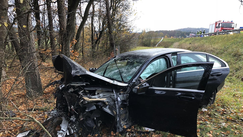 Der Wagen ist abseits der Autobahn bei Hormersdorf gegen einen Baum geprallt.