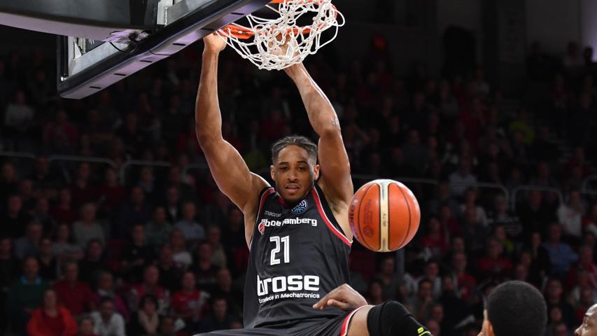 14.11.2018 --- Basketball --- Saison 2018 2019 --- FIBA Championsleague --- 7. Spieltag: Brose Bamberg - Hapoel Jerusalem --- Foto: Sport-/Pressefoto Wolfgang Zink / HMI --- .Augustine Rubit (21, Brose Bamberg) mit Dunk gegen Da'sean Butler (17, Hapoel Jerusalem) und James Feldeine (14, Hapoel Jerusalem).....