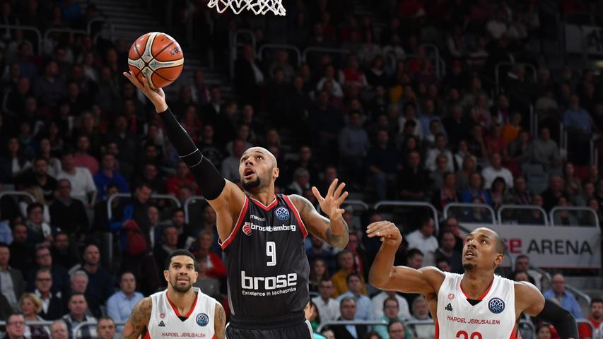 14.11.2018 --- Basketball --- Saison 2018 2019 --- FIBA Championsleague --- 7. Spieltag: Brose Bamberg - Hapoel Jerusalem --- Foto: Sport-/Pressefoto Wolfgang Zink / HMI --- ......14.11.2018 --- Basketball --- Saison 2018 2019 --- FIBA Championsleague --- 7. Spieltag: Brose Bamberg - Hapoel Jerusalem --- Foto: Hans-Martin Issler/isslerimages.Maurice Stuckey (9, Brose Bamberg) gegen Josh Owens (22, Hapoel Jerusalem) und James Feldeine (14, Hapoel Jerusalem).....