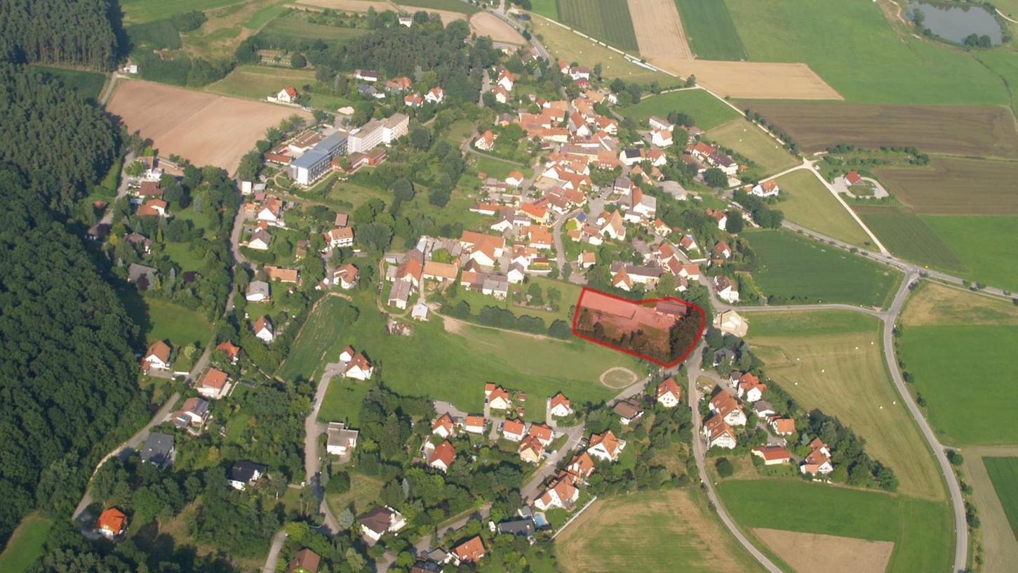"""Touristischer Leuchtturm der 5-Sterne-Kategorie: Auf dieser markierten Fläche im Ortskern von Büchelberg soll die """"Resort"""" genannte Edel-Ferienanlage entstehen. Die Kommunalpolitik begrüßt die Pläne."""